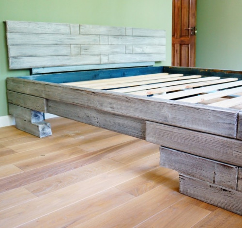 Кровать из брашированного (состаренного) массива древесины